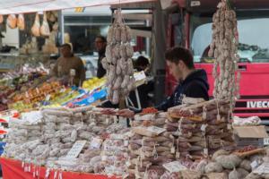 salame al banchetto del mercato