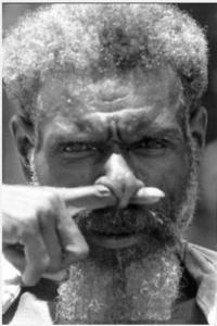 uomo che si trapassa il naso con un dito