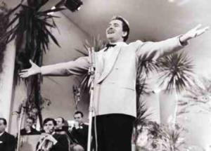 Modugno_durante_l'esibizione_al_Festival_di_sanremo_del_1958