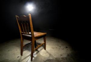 interrogatorio con sedia e luce accecante