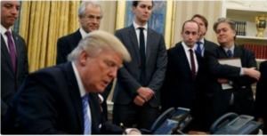 Trump che firma per l'aborto