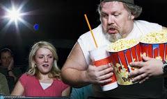 uomo con bibita e popcorn al cinema
