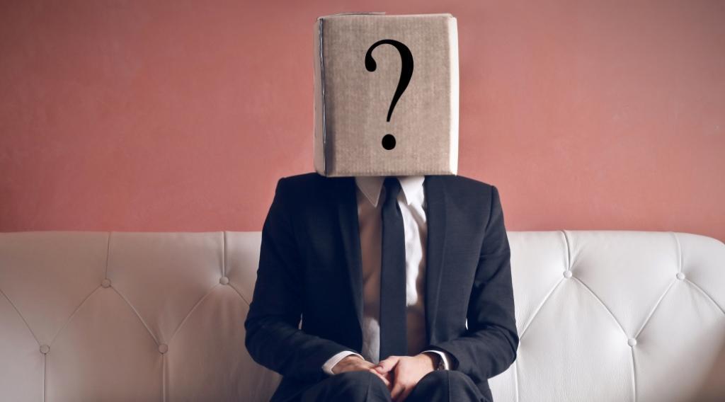 uomo-su-divano-faccia-punto-interrogativo
