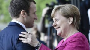 l'incontro tra Merkel e Macron, tra doni e cori in birreria. Je t'aime moi non plus