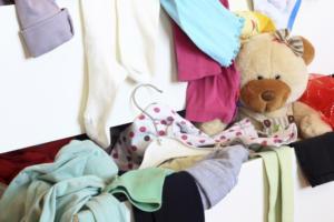 cassetto aperto con vestiti