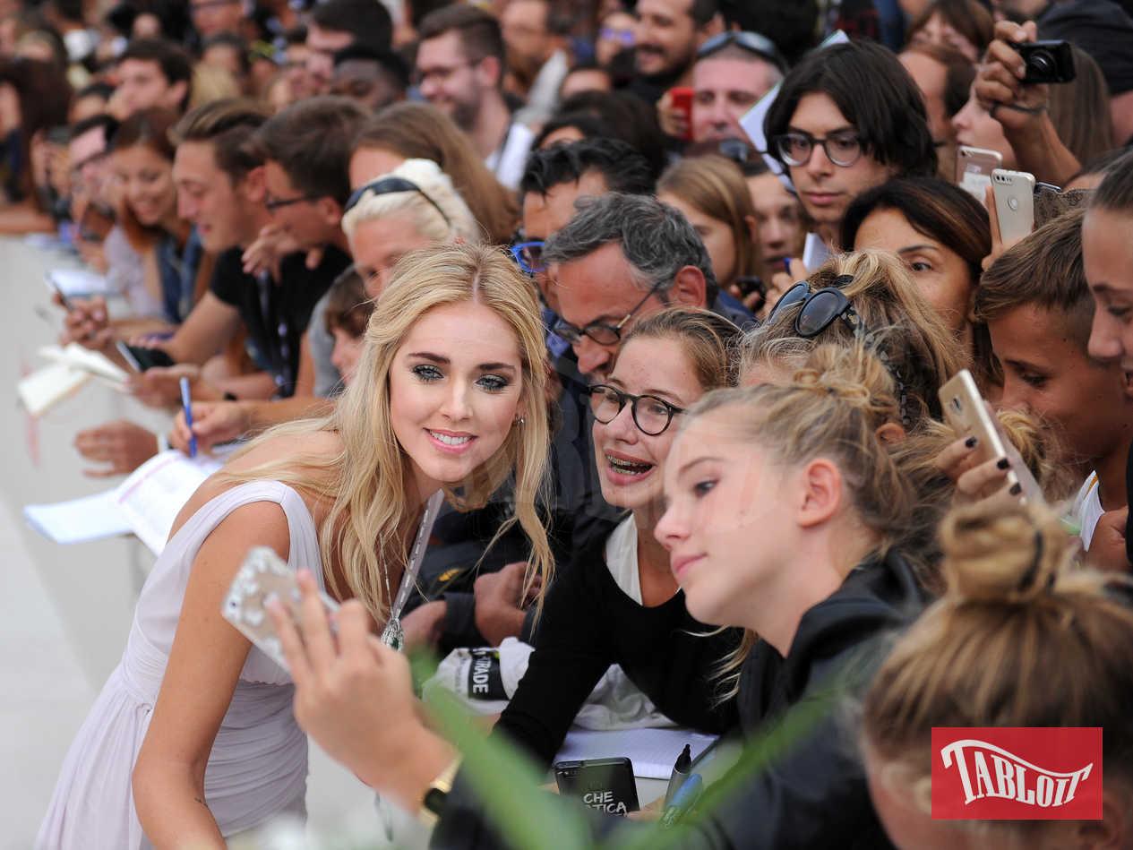 Chiara Ferragni con i fan a Venezia
