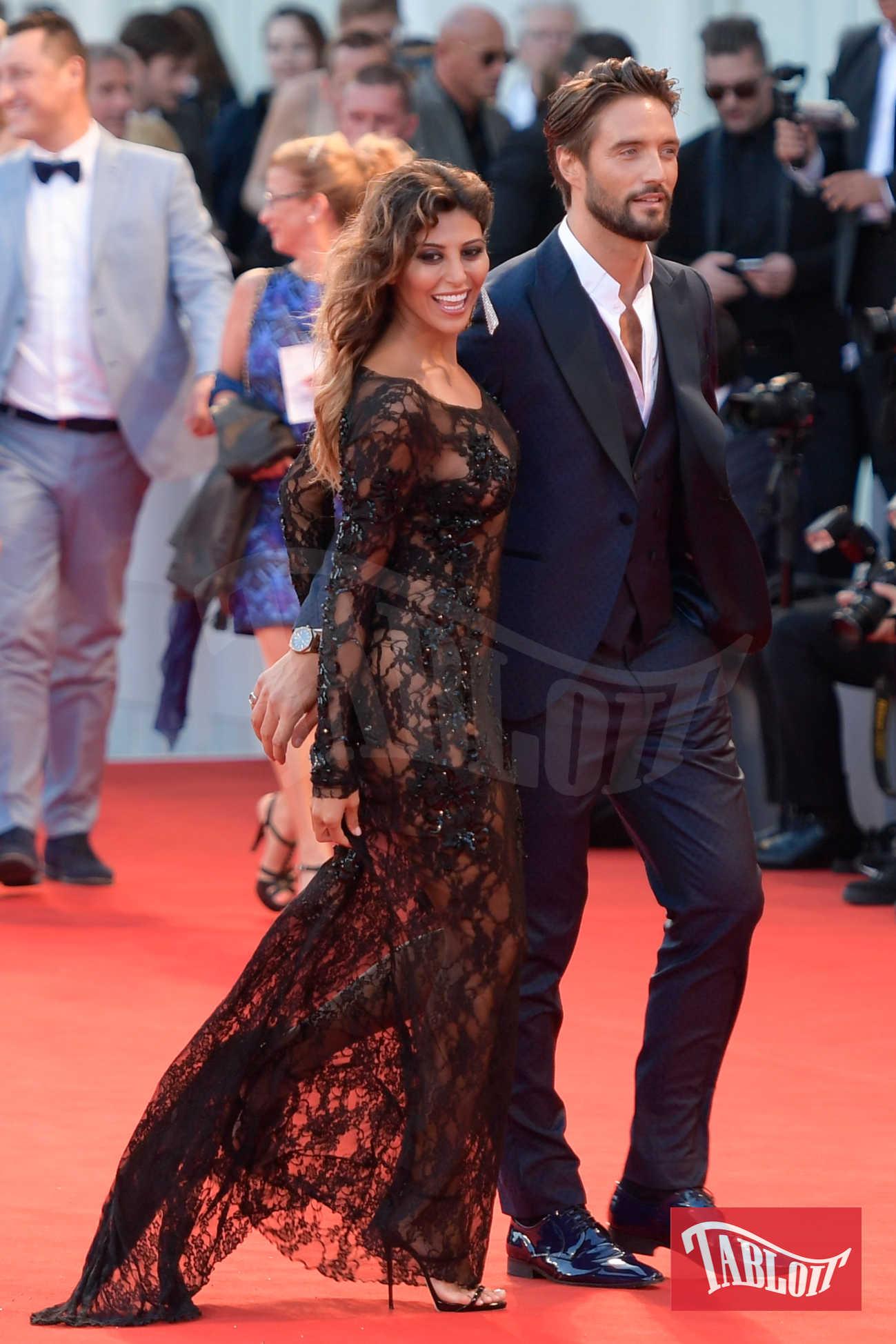 Alex Belli e Mila Suarez a settembre, sul red carpet della Mostra del Cinema di Venezia. L'ex tentatrice si è fatta notare per un abito in pizzo he ha lasciato ben poco all'immaginazione