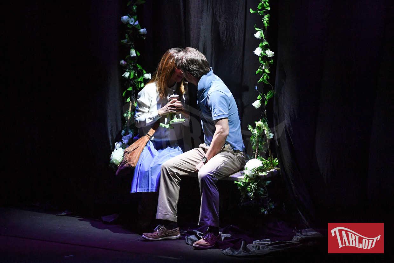 """Ambra Angiolini e Matteo Cremon si baciano a teatro durante lo spettacolo """"La guerra dei Roses"""""""