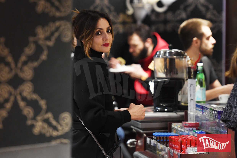 Ambra Angiolini paparazzata in Stazione Centrale a Milano: l'attrice stava tornando a Brescia dai figli, avuti dall'ex compagno Francesco Renga