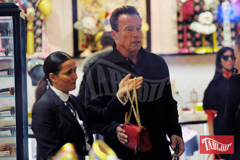 """""""Compri questa?"""" sembra voler dire Arnold Schwarzenegger alla fidanzata Heather"""