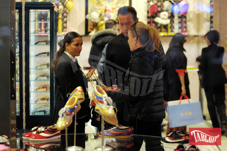 Arnold Schwarzenegger insieme alla compagna Heather si dedica allo shopping extralusso
