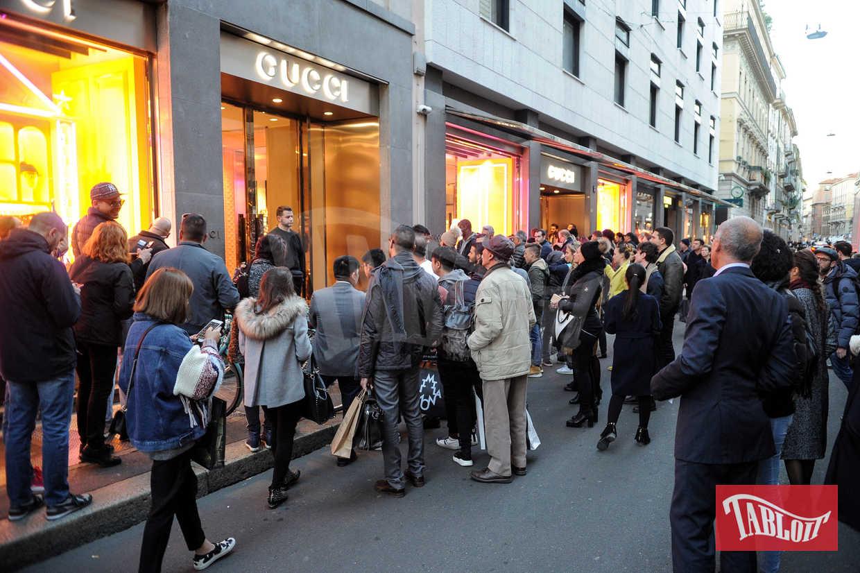 Una folla di fan e curiosi attende Arnold Schwarzenegger all'uscita da Gucci