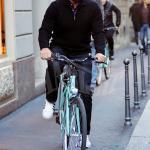Arnold Schwarzenegger paparazzato per le vie dello shopping di Milano. L'attore ed ex Governatore della California ha preferito girare in bicicletta, sempre circondato dalle sue guardie del corpo