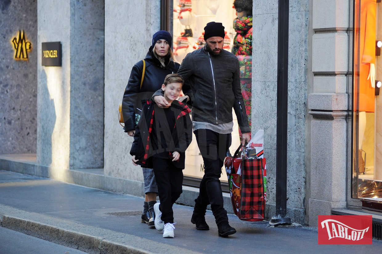 Andrea Barzagli a passeggio per Milano insieme alla moglie (ed ex modella) Maddalena Nullo e al secondogenito Mattia. Assente la prima figlia della coppia, Camilla