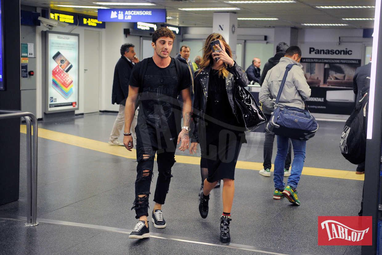 Non solo chirurgia: Andrea Iannone ha modificato anche il proprio look con outfit più rock e virili. Tanto da sembrare quasi un clone di Fabrizio Corona...