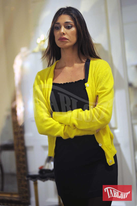 Belen Rodriguez sorpresa mentre fa shopping in centro a Milano. L'argentina ha il viso molto triste: ha appena rotto con Andrea Iannone e nemmeno lo shopping riesce a risollevarla
