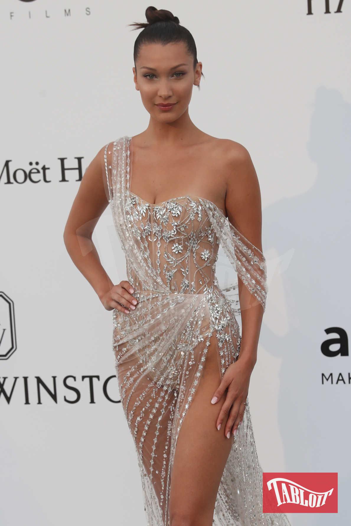 Bella Hadid all'amfAR Gala di Cannes a maggio. The Weeknd è stato visto recentemente uscire dall'appartamento newyorkese di Yolanda Hadid, mamma di Bella