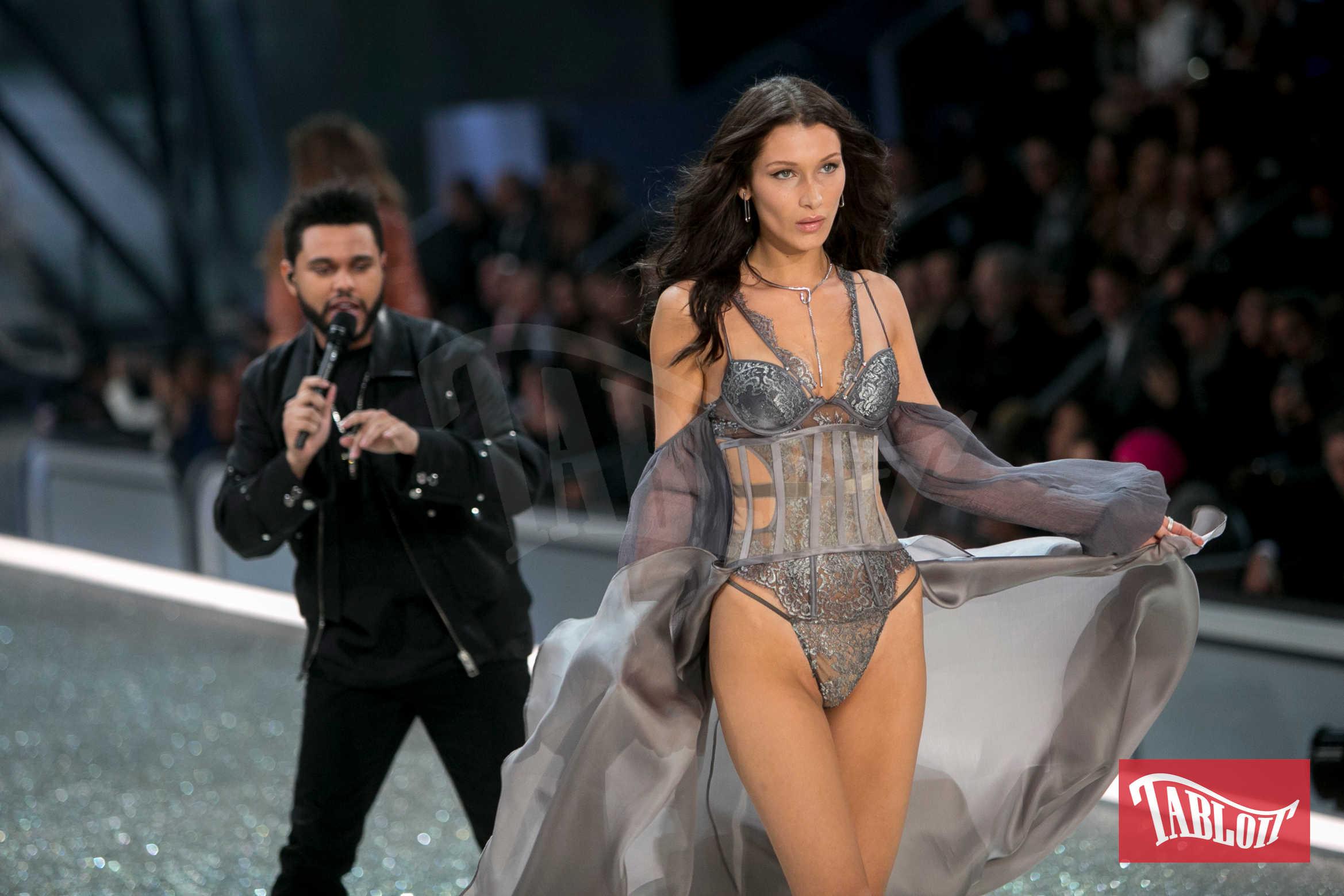 Bella Hadid a fine novembre 2016 sfila sulla passerella del Victoria's Secret Fashion Show a Parigi. Lei e The Weeknd, chiamato a cantare alla sfilata, si erano lasciati da poco ma avevano mantenuto ottimi rapporti