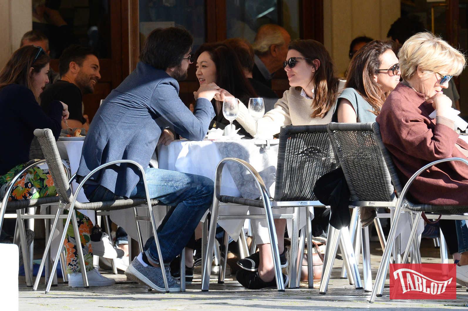 Charlotte Casiraghi e Dimitri Rassam lo scorso maggio a Venezia in un rarissimo momento di tenerezza