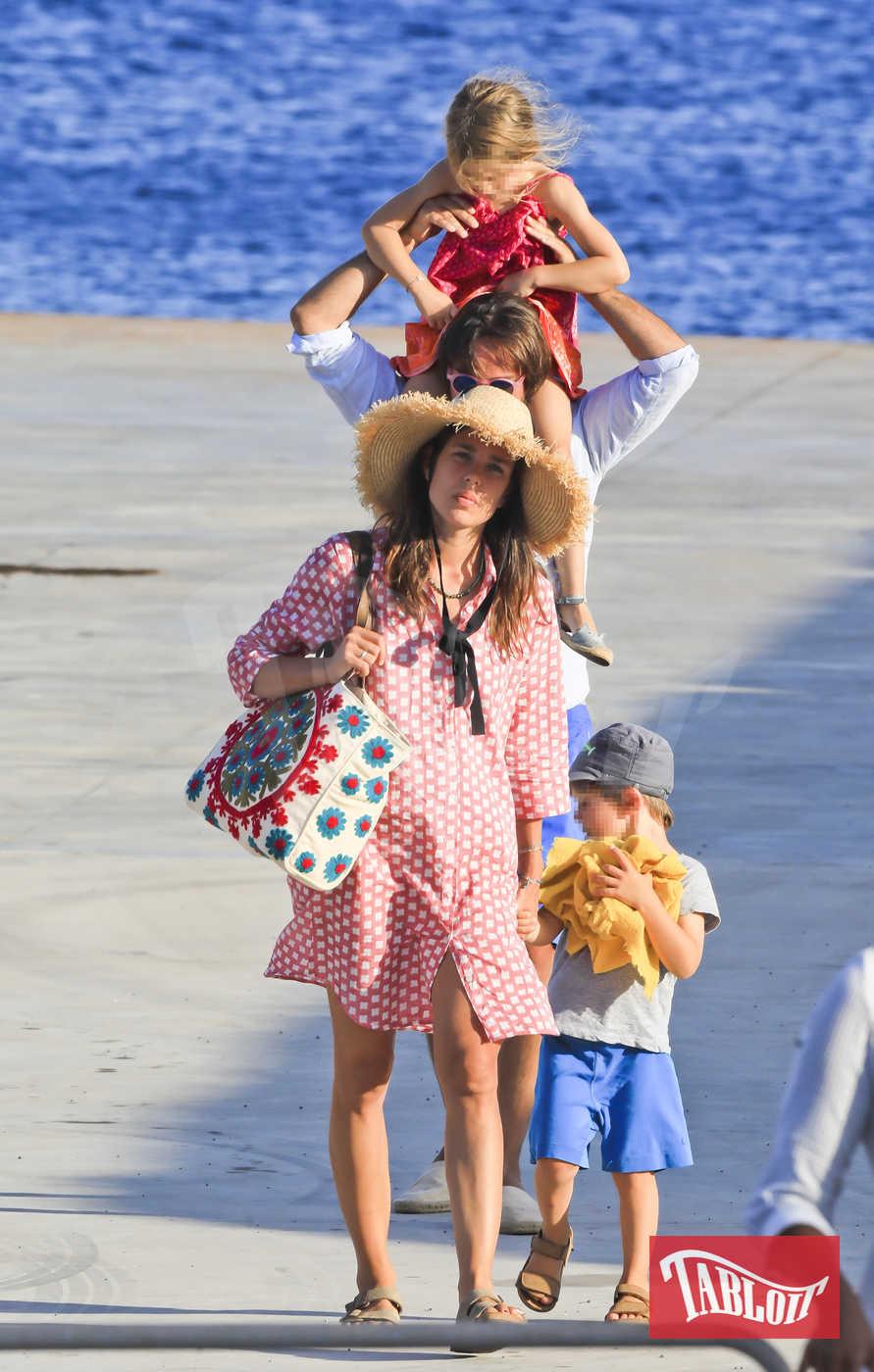 Dimitri e Charlotte si sposeranno la prossima estate a Pantelleria, dove la mamma di lui, la celebre attrice francese Carole Bouquet, ha una tenuta vinicola