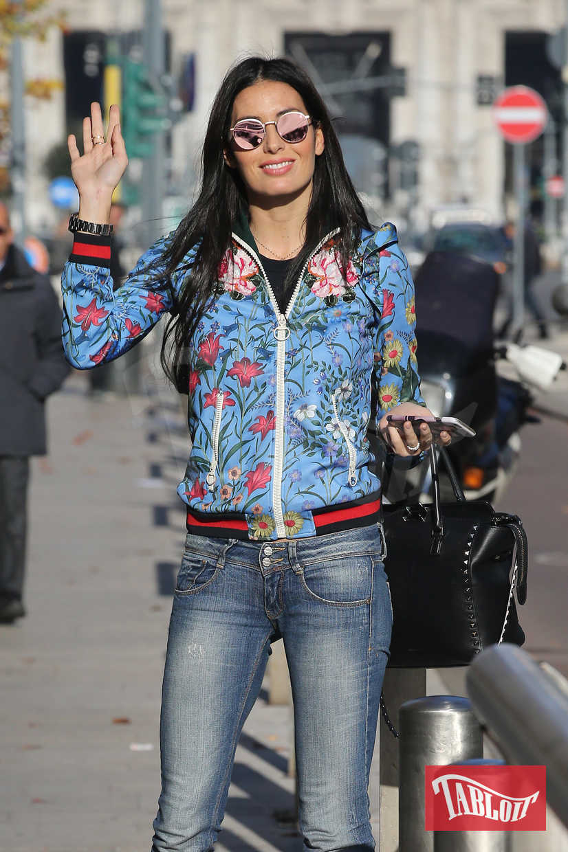 Elisabetta Gregoraci in centro a Milano saluta i paparazzi