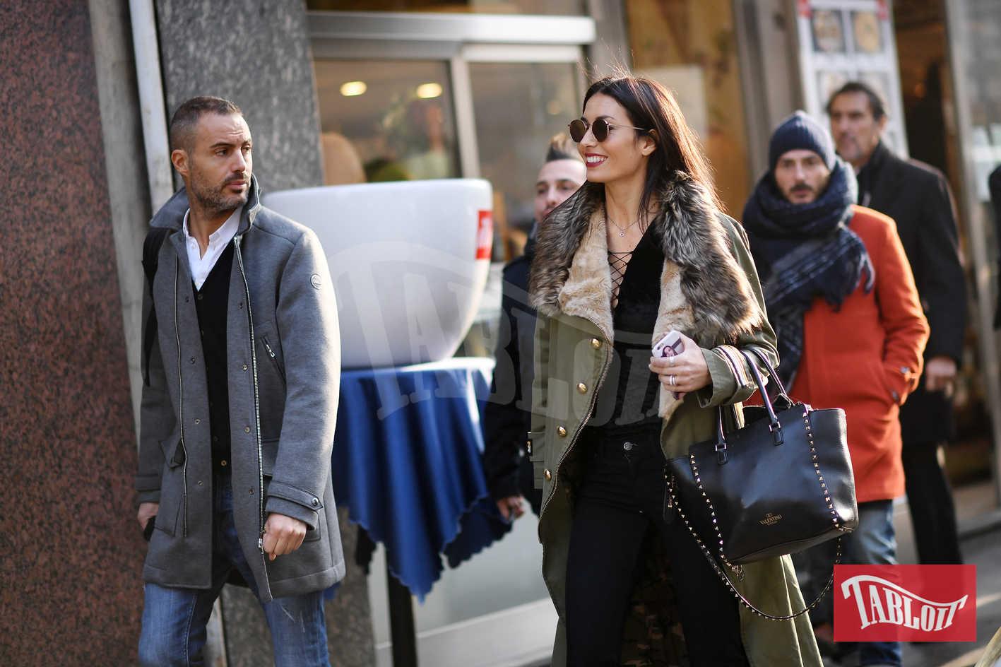 Elisabetta Gregoraci e Daniele Battaglia per le strade di Milano. La conduttrice è felice e sorridente: merito anche della simpatia dei suoi colleghi