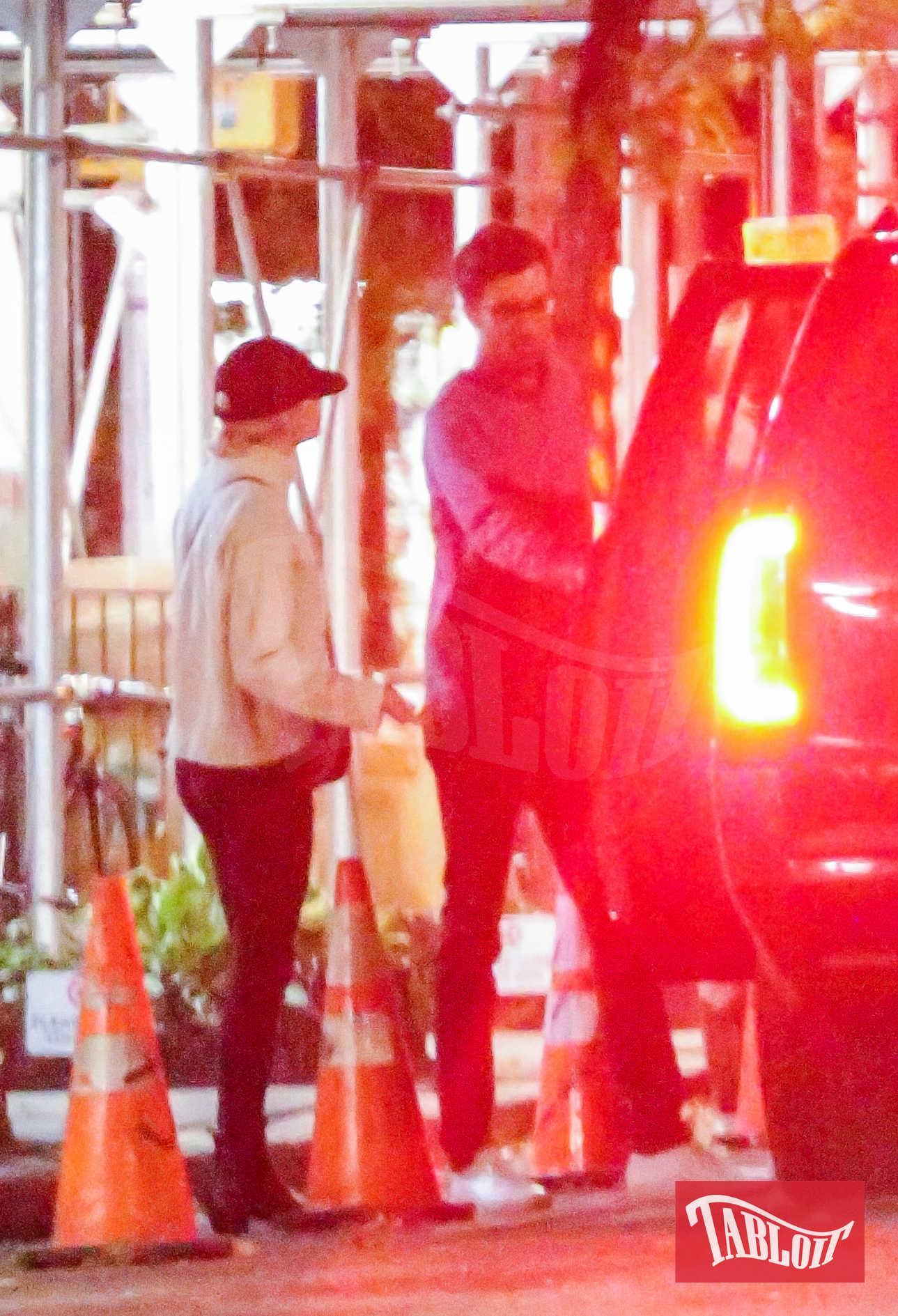 Emma Stone e Dave McCary festeggiano il 29esimo compleanno dell'attrice a New York. Lui, da vero galantuomo, le apre la portiera della macchina