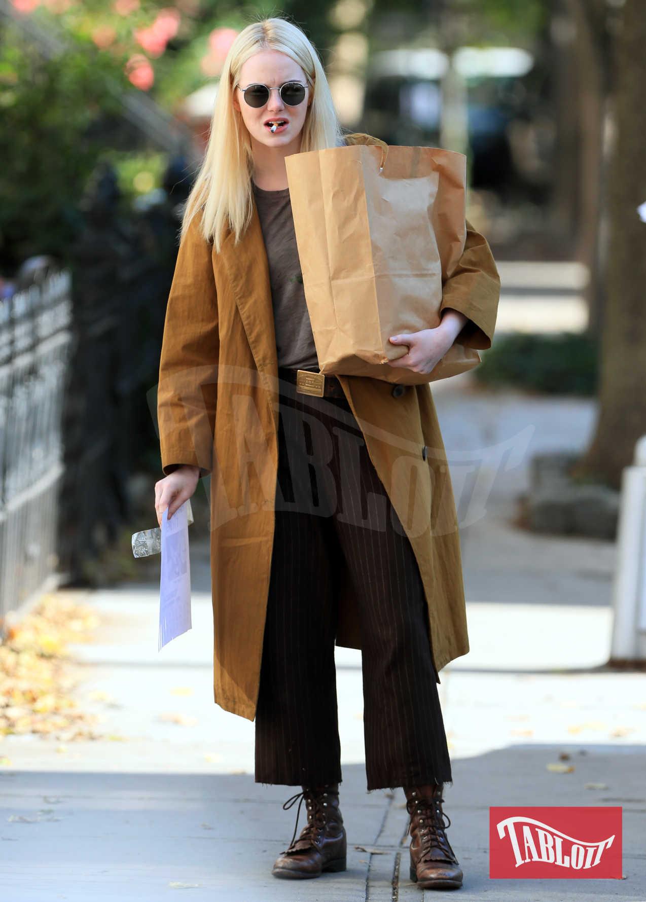 """Emma Stone paparazzata sul set della serie tv Netflix """"Maniac"""". I 10 episodi sono diretti dal regista di True Detective Cary Fukunaga, e basati sull'omonima serie norvegese del 2014"""
