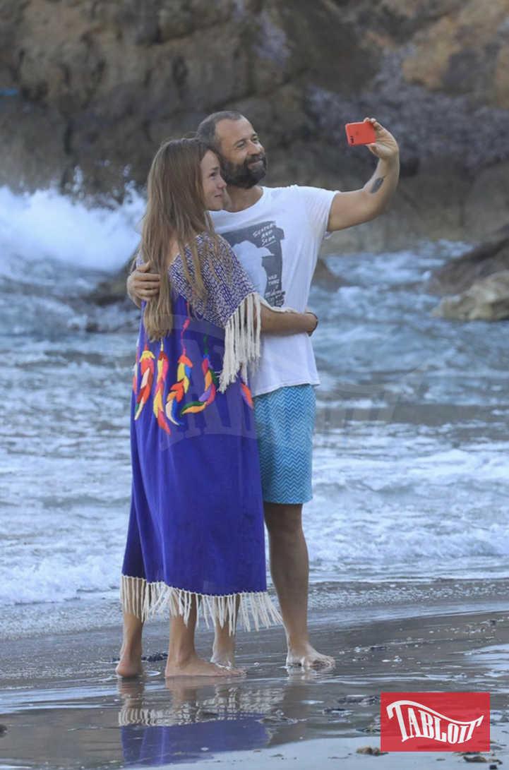 """Fabio Volo e la compagna Johanna quest'estate a Ibiza, dove lo scrittore ha lavorato al nuovo libro """"Quando tutto inizia"""""""