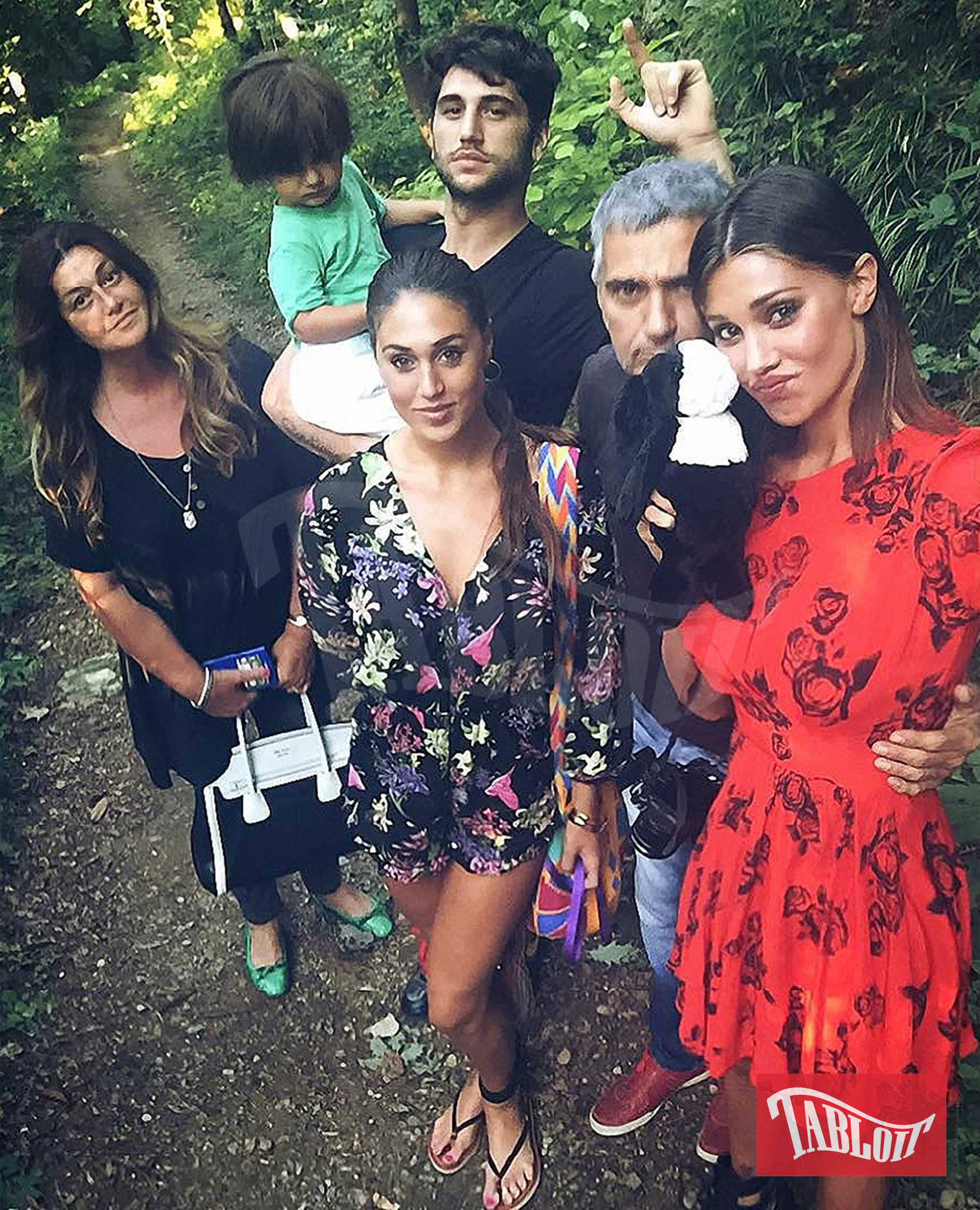 Uno scatto di Instagram di Belen Rodriguez con il padre Gustavo, la sorella Cecilia, il fratello Jeremias con in braccio Santiago, figlio di Belen e Stefano De Martino, e la mamma Veronica Cozzani