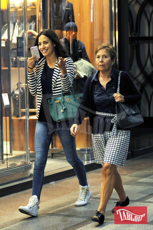 Laura Barriales in giro per Milano insieme a mamma Lucia