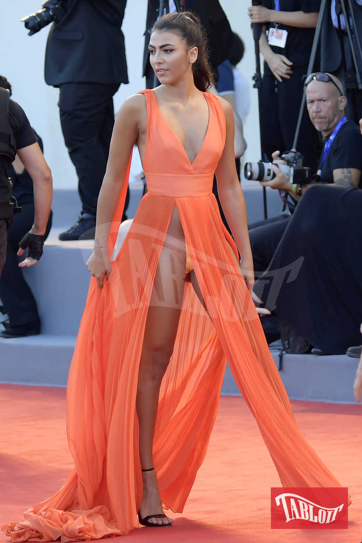 Giulia Salemi alla Mostra del Cinema di Venezia nel 2016. Per l'abito dal doppio spacco inguinale la modella ha ricevuto una pioggia di critiche