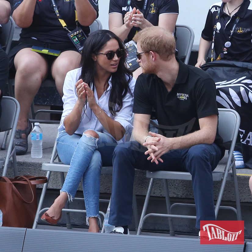 Meghan Markle entrerà a far parte della famiglia Windsor solo al momento del matrimonio, la cui data sarà annunciata più avanti. A nozze avvenute la Regina potrebbe nominare Meghan duchessa di Sussex. Harry diventerebbe quindi duca di Sussex