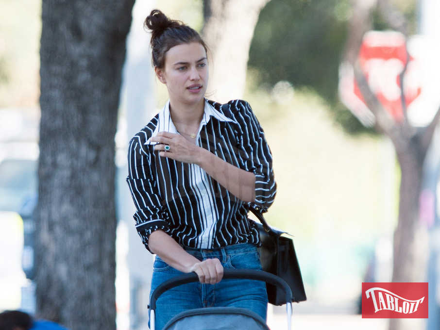 Irina Shayk spinge il passeggino e all'anulare della mano sinistra spicca l'anello di fidanzamento con smeraldo. Le nozze con Bradley Cooper potrebbero essere vicine...