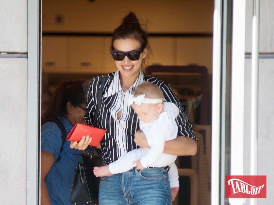 Irina Shayk fa shopping a Los Angeles insieme alla figlia Lea, nata dall'amore con Bradley Cooper
