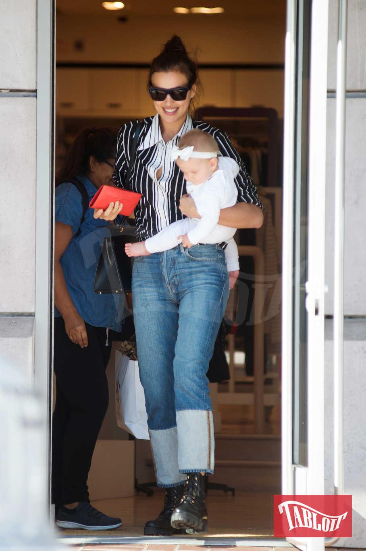 Irina Shayk a spasso con Lea De Seine, nata lo scorso 21 marzo
