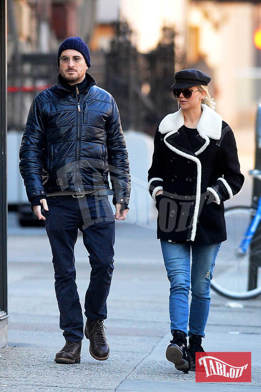 Aronofsky è stato fidanzato con l'attrice Rachel Weisz dal 2001 fino al 2010. I due hanno avuto un figlio, Henry Chance, nato nel 2006. Jennifer Lawrence invece è stata legata quattro anni al collega Nicholas Hoult e avrebbe avuto un flirt con il leader dei Coldplay Chris Martin