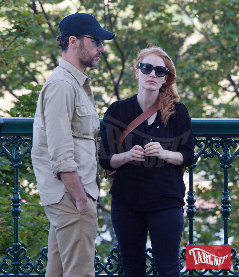 Jessica Chastain con il marito Gian Luca Passi a Québec City: look total black per lei, outfit cachi per lui