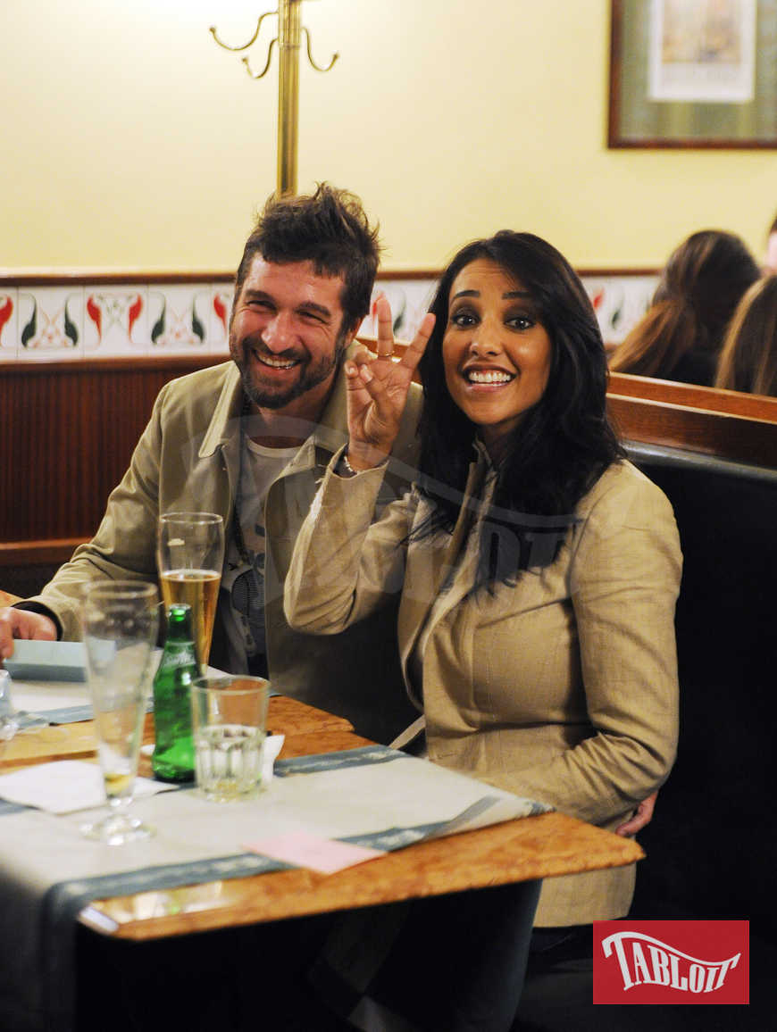 Juliana Moreira ed Edoardo Stoppa durante una cena a Milano