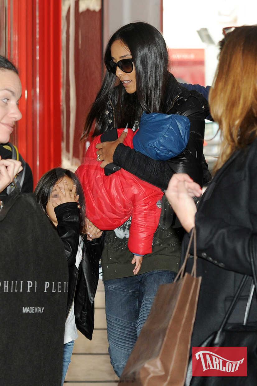 Juliana Moreira tiene in braccio il secondogenito Sol Gabriel mentre si dirige in hotel per provare l'abito da sposa