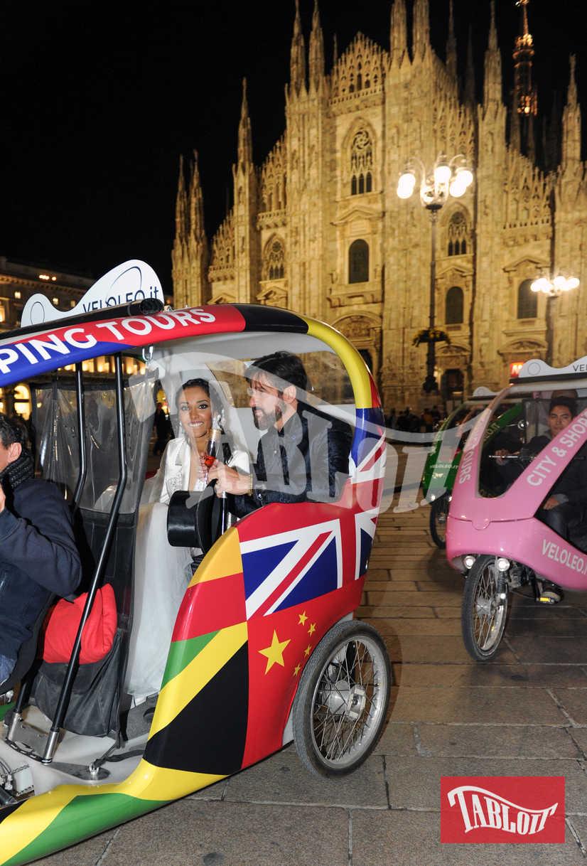 Edoardo Stoppa e Juliana Moreira all'uscita da Palazzo Reale sono saliti su un risciò che li ha portati all'Hotel Gallia per il ricevimento
