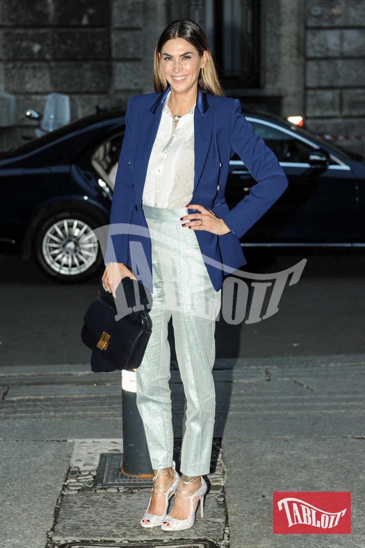 Melissa Satta, tra gli ospiti vip del matrimonio. La showgirl ha scelto una giacca blu elettrico, tra i colori di moda questo autunno/inverno