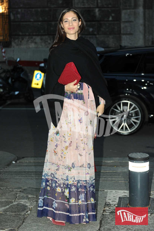 Marica Pellegrinelli con un lungo abito floreale, scialle nero e pochette rossa. Con lei non c'era il marito Eros Ramazzotti ma solo la figlia Raffaela Maria