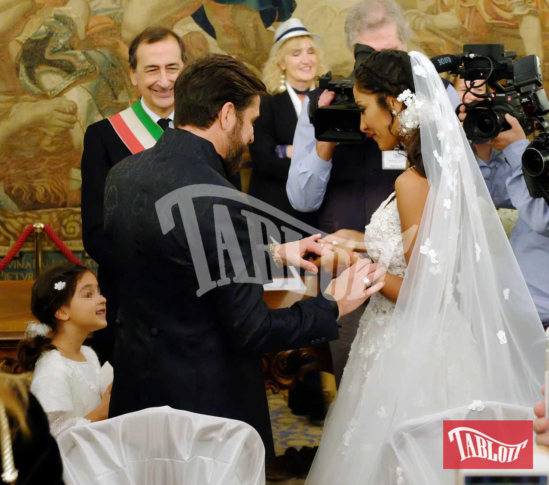 Edoardo Stoppa e Juliana Moreira si scambiano le fedi di fronte al sindaco di Milano Beppe Sala. L'inviato di Striscia la Notizia e la showgirl brasiliana si sono sposati a Palazzo Reale con rito civile, circondati da parenti e amici