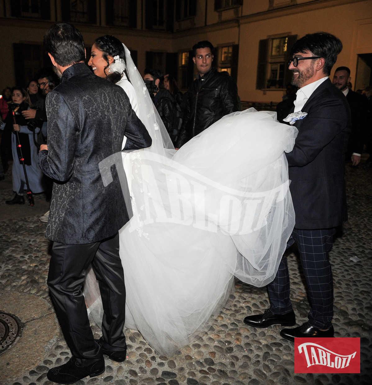 Gli sposi all'uscita di Palazzo Reale, Juliana è aiutata dallo stilista Alessandro Angelozzi