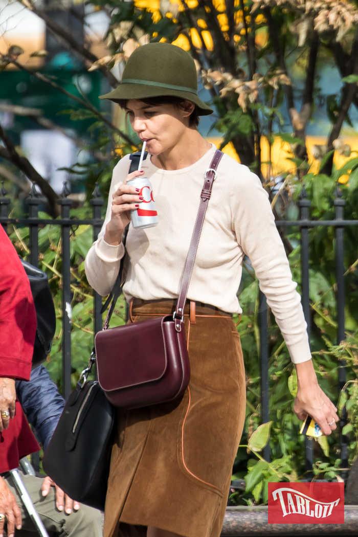Katie Holmes con doppia tracolla e Diet Coke