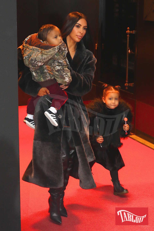 """Kim Kardashian"""", ospite del talk di Ellen DeGeneres, ha rivelato: """"North mi ha chiesto di poter giocare con i regali della sorellina"""" svelando così il sesso del terzogenito"""