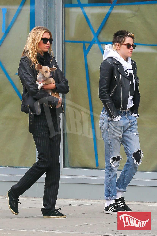 """Kristen e Stella scelgono spesso outfit molto """"rock"""": per l'attrice jeans strappati, felpa con cappuccio e chiodo nero, per la modella di Victoria's Secret look total black con giubbino in pelle"""