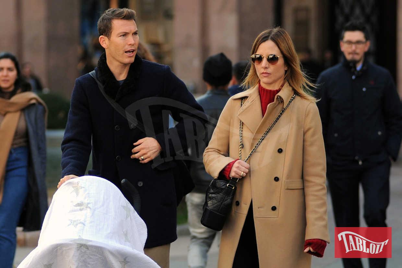Stephan Lichtsteiner insieme alla moglie Manuela. Nel passeggino c'è il secondogenito della coppia, Noe, accuratamente coperto con un telo bianco. Non c'è invece la prima figlia del calciatore svizzero, Kim