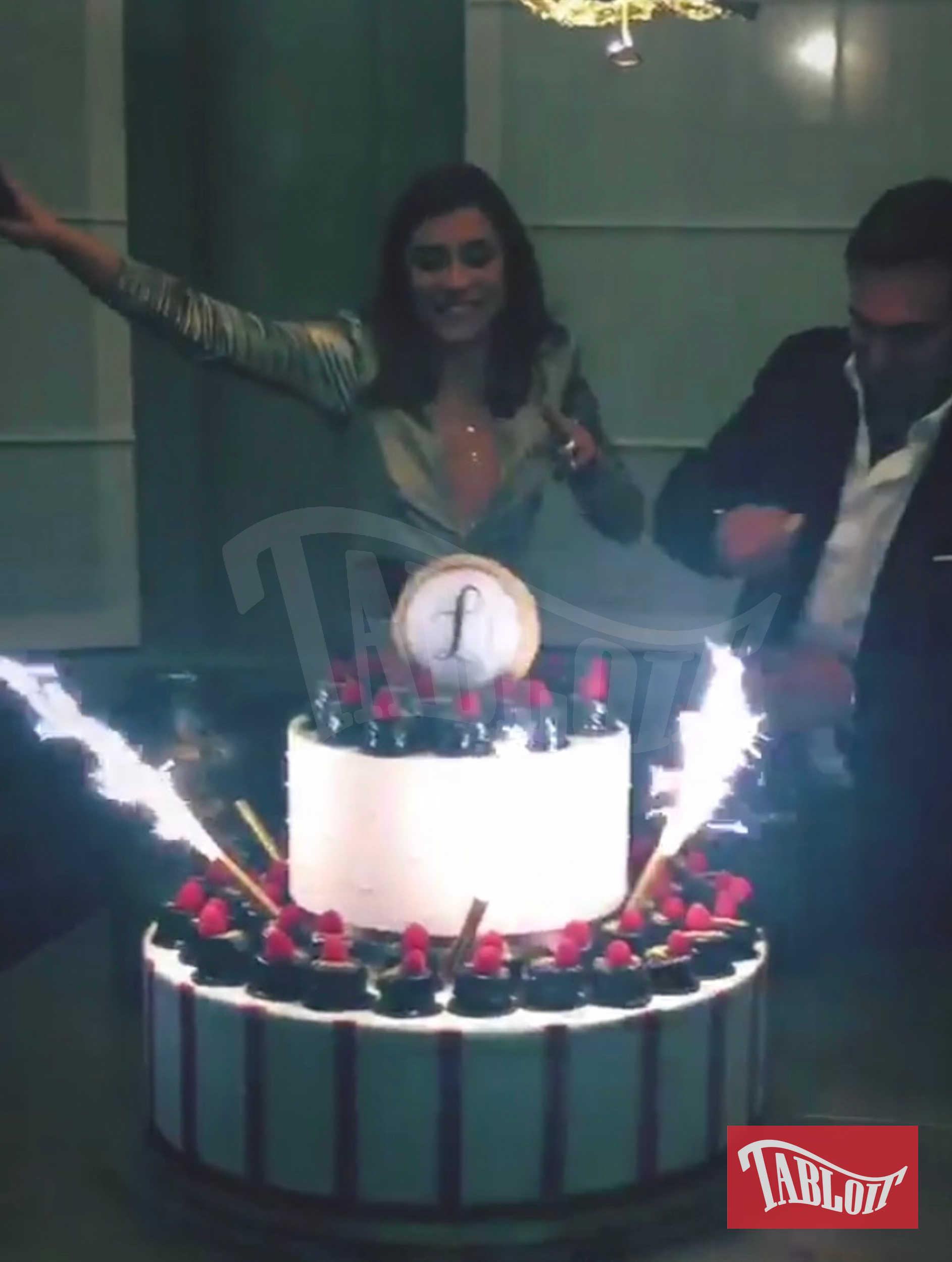 Ludovica Frasca festeggia il suo venticinquesimo compleanno al ristorante Cenerè di Milano con una torta a due piani e la sua iniziale
